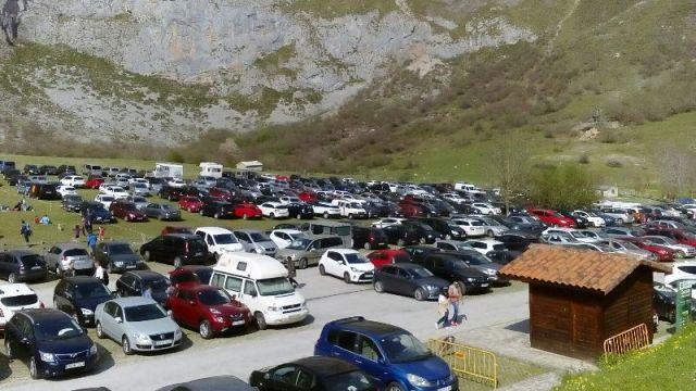 Aparcamiento de coches en la campa de Fuente Dé. Pulse para verlo más grande